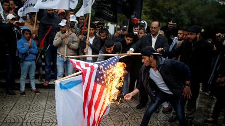 Des Palestiniens brûlent les drapeaux israélien et américain à Gaza le 6 décembre 2017, photo ©Mohammed Salem / Reuters