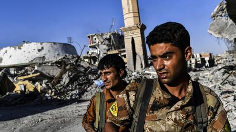 Soldats des FDS près du stade à Raqqa en Syrie, le 16 octobre 2017, juste avant la reprise de la ville.