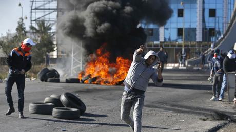 Des jets de pierre et des pneus enflammés, les Palestiniens se révoltent contre les autorités israélienne à Ramallah (Cisjordanie)