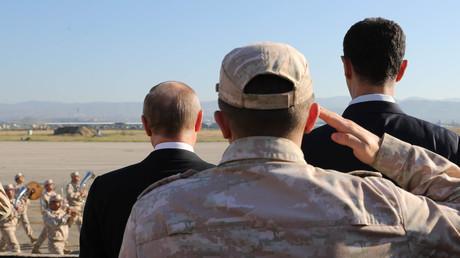 Vladimir Poutine en compagnie de Bachar el-Assad, lors de leur rencontre sur la base russe de Hmeimim en Syrie le 11 décembre