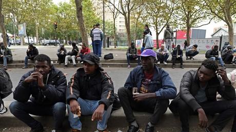 Migrants sur un trottoir parisien