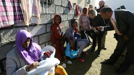 Bettina Muscheidt (au centre de la photo), ambassadrice et responsable de la délégation de l'Union européenne en Libye, parle à un migrant africain en visitant le centre de détention de Tariq Al-Matar en Libye