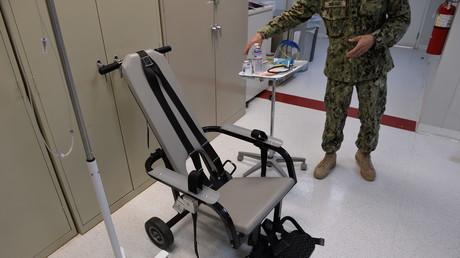 Lors d'une visite à Guantanamo escortée par l'armée américaine en avril 2014, un médecin militaire explique les procédures de la «chaise d'alimentation», qui force les détenus à ingérer de la nourriture par des tuyaux, lorsqu'ils entament une grève de la faim.