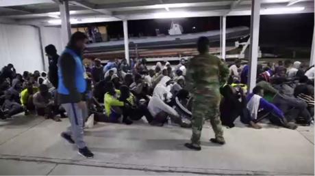 Sauvetage par les gardes-côtes libyens de réfugiés tentant de rejoindre l'Italie