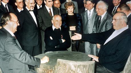 Le président de l'Etat soviétique et le chancelier allemand Helmut Kohl en pleine discussion, juillet 1990.