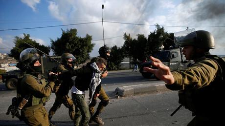 Les forces de sécurité israéliennes appréhendent un manifestant palestinien le 15 décembre 2017, photo ©Mohamad Torokman / Reuters