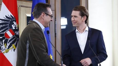 Le leader du parti FPÖ, Heinz-Christian Strache, à gauche, et le nouveau chancelier autrichien Sebastian Kurz, à l'issue de leur conférence de presse du 15 décembre.