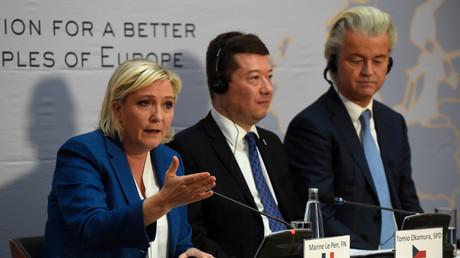 Marine Le Pen, le tchèque Tomio Okamura, et le néerlandais Geert Wilders lors d'une conférence de presse du groupe Europe des nations et des libertés le 16 décembre à Prague