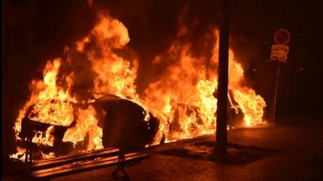 Un véhicule incendié à Paris en février 2017, illustration