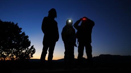 Trois jeunes garçons attendent de pied ferme les ovnis lors d'une virée nocturne dans l'Arizona, février 2013, illustration