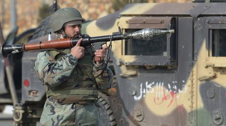 Un agent de sécurité afghan monte la garde après l'attaque survenue à Kaboul le 18 décembre 2017.