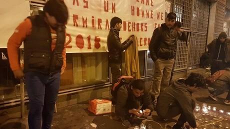 Pour la Journée internationale des migrants, des manifestants se rassemblent à la Villette, à Paris
