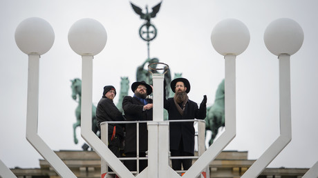 Le rabbin Yehuda Teichtal (à gauche) et le rabbin Shmuel Segal bénissent la plus grande menorah de Hanukkah en Europe, avant le début du festival juif des lumières, devant la porte de Brandebourg à Berlin le 12 décembre 2017