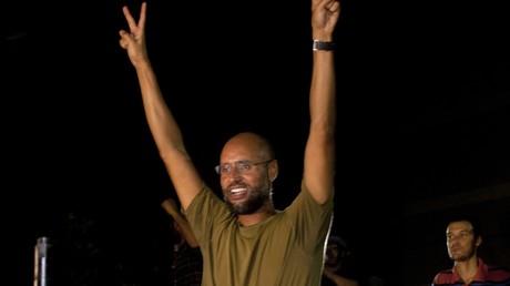 Saif al-Islam Kadhafi, fils de l'ancien dirigeant libyen Mouammar Kadhafi, brandit le V de la victoire devant ses partisans et des journalistes à Tripoli, la capitale libyenne, le 23 août 2011.