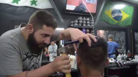 Un réfugié syrien réalise des coiffures à la hache et au marteau