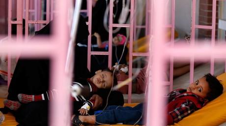 Des enfants traités dans un centre de traitement du choléra à Sanaa, en octobre 2017.