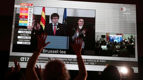 Carles Puigdemont apparaît sur un écran géant à Barcelone, après les résultats du vote