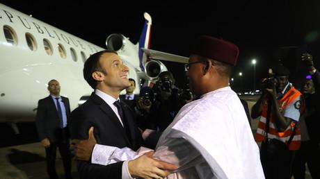 Emmanuel Macron, salué par le président nigérien Mahamadou Issoufou le 22 décembre 2017