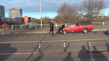 USA : un antifa renversé par un pick-up lors d'une action contre une «marche pour Jésus» (VIDEO)
