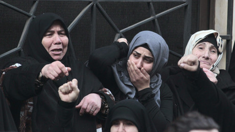 Des femmes en deuil pleurent un djihadiste à Beyrouth, en 2015, illustration