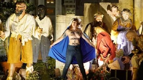 La crèche installée devant la basilique Saint-Pierre a été assaillie par trois militantes différentes, capture d'écran Twitter