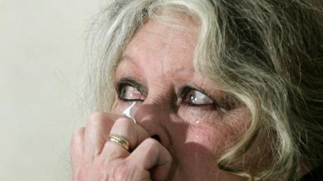 Brigitte Bardot en larmes lors d'une conférence contre la chasse aux phoques, en 2006, à Ottawa, illustration