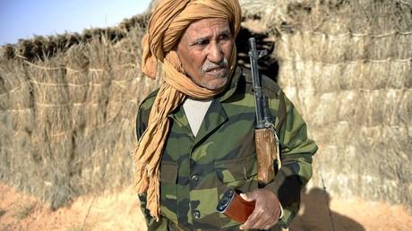 Bechir Mohamed, le chef de la sécurité pour la région d'Al-Mahbes au Sahara Occidental, se tient devant sa cabane le 3 février 2017.