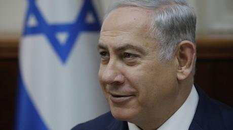 Le Premier ministre israélien Benjamin Netanyahou sourit lors de la réunion hebdomadaire de son cabinet à Jérusalem le 24 décembre 2017