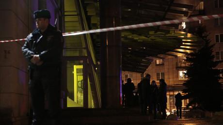 Un policier devant le supermarché frappé par une explosion le 27 décembre.