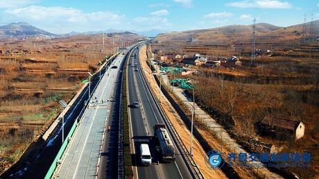 Près de la ville de Jinan, en Chine, une portion d'autoroute dispose d'équipements alimentés par des panneaux solaires.