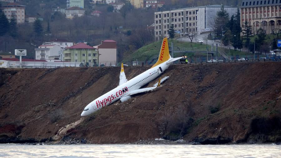 Un avion turc suspendu à quelques mètres de la mer après un atterrissage raté (VIDEO)