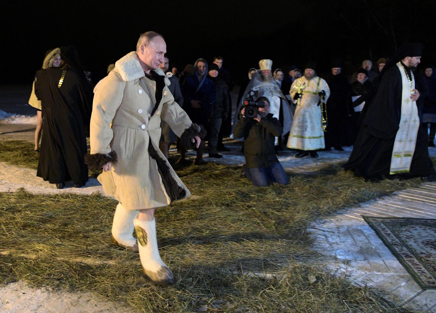 Vladimir Poutine s'immerge dans l'eau glacée pour commémorer le baptême du Christ (PHOTOS, VIDEO)
