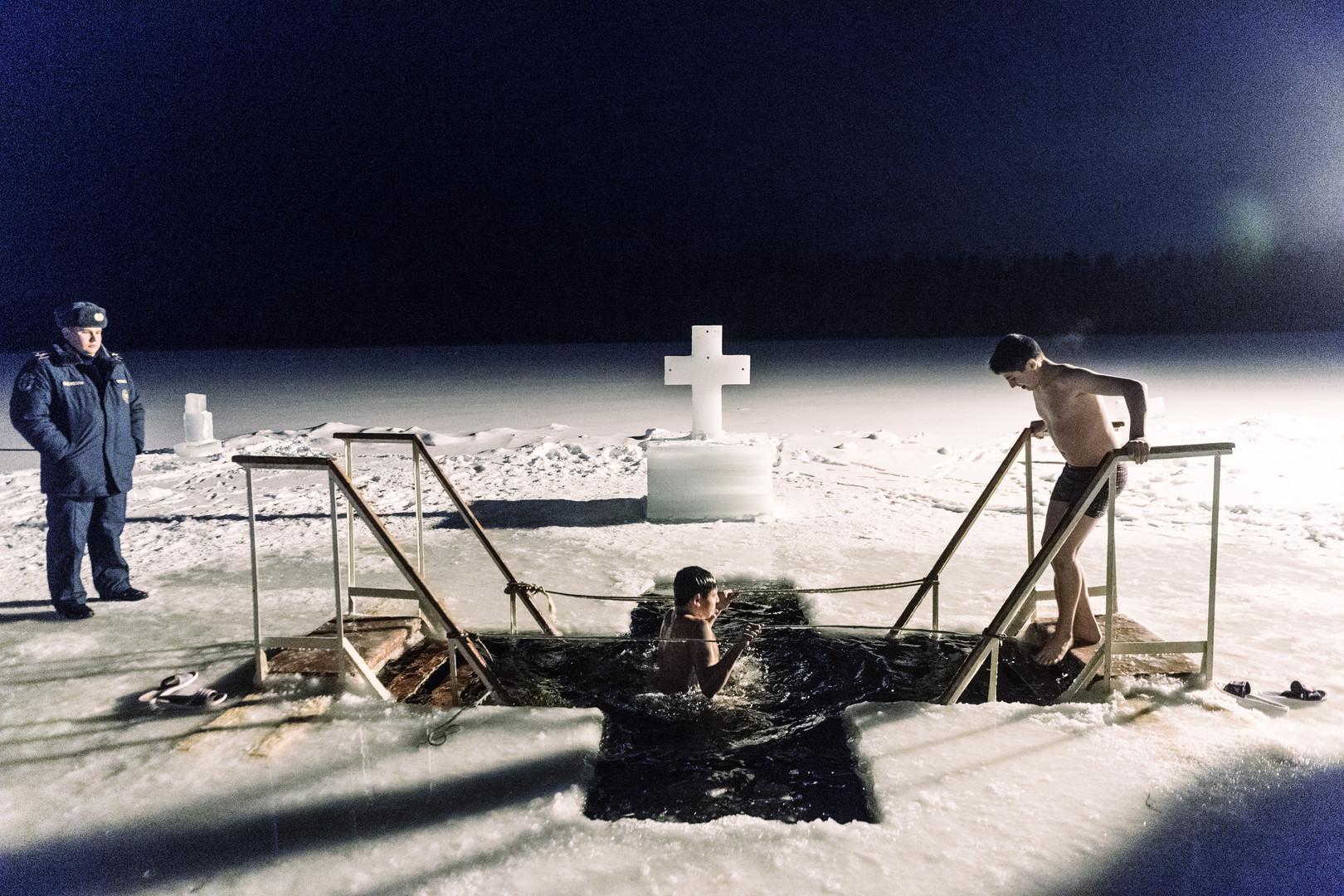 A l'Est, les fidèles plongent dans l'eau glacée pour fêter l'Epiphanie orthodoxe (IMAGES)