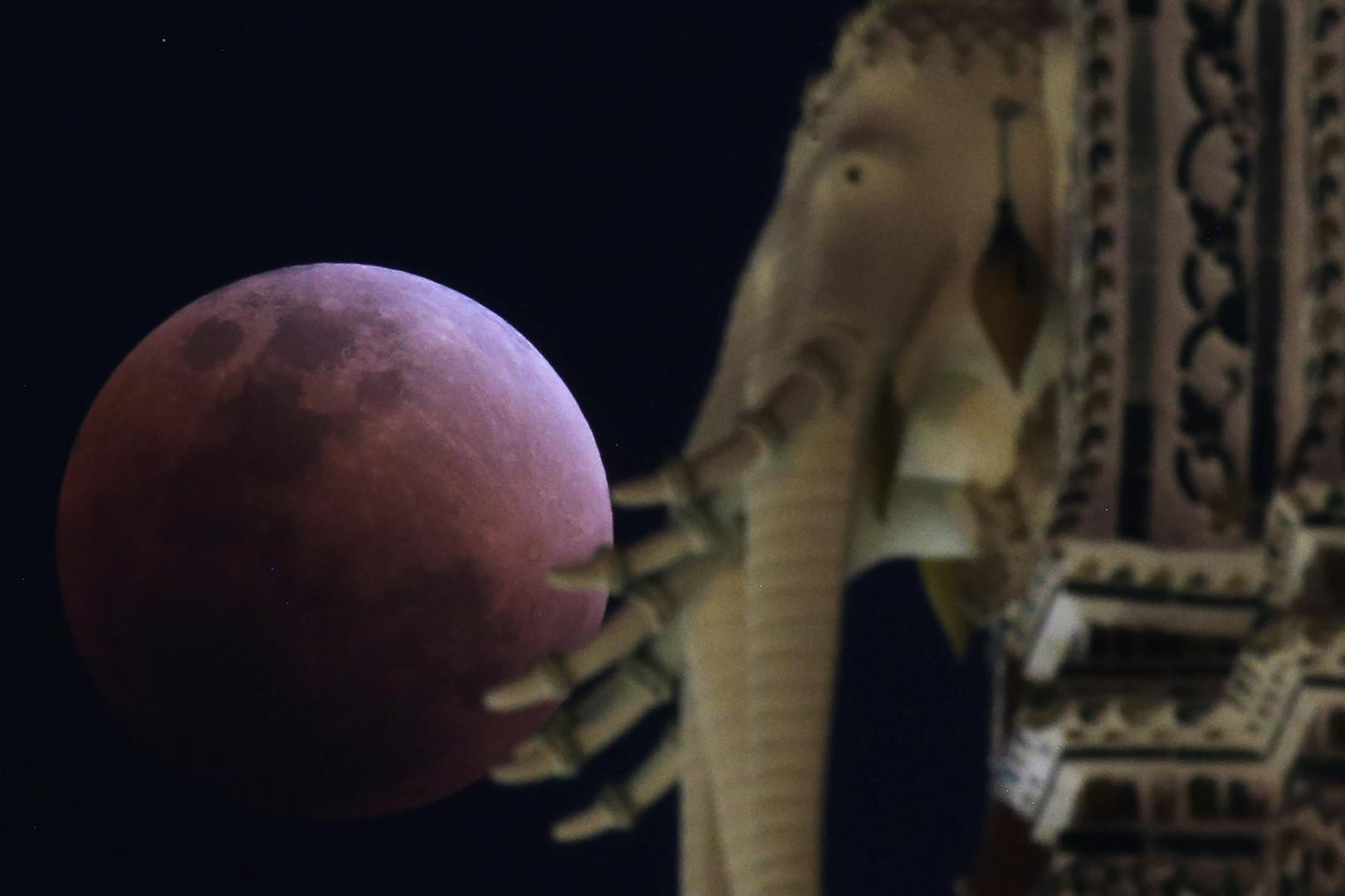 Pour la première fois depuis 150 ans, voici la «super Lune bleue de sang» (IMAGES)