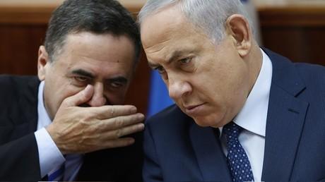 Illustration : le ministre des renseignements israélien Yisrael Katz chuchote à l'oreille de Benyamin Netanyahou