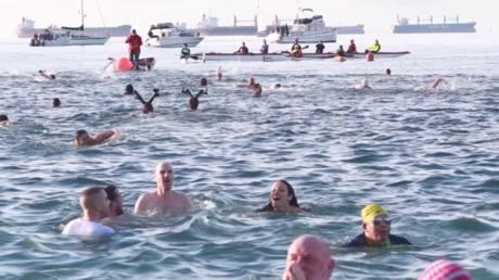 Malgré le froid ces Canadiens se baignent dans la Baie des Anglais au début du mois de janvier