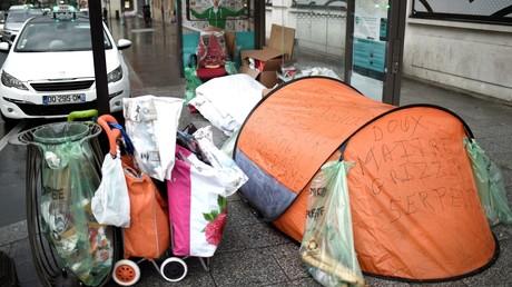 Cette photo prise le 29 décembre 2017 montre la tente d'un sans-abri installée sous un abribus à la place de Clichy à Paris.