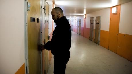 «Une stupidité»? Des téléphones fixes dans chaque cellule de prison, la décision qui fait polémique