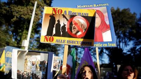 Des manifestants devant l'ambassade iranienne à Rome, le 2 janvier.
