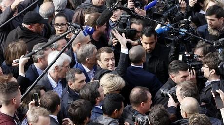 Emmanuel Macron entouré de journalistes