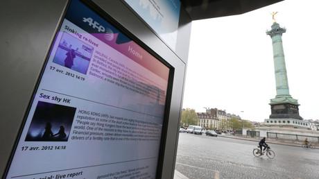 Une photo prise le 17 avril 2012 montre un écran de l'abribus sur la place de la Bastille à Paris,