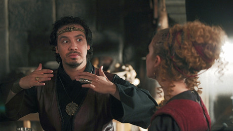 Les comédiens Alexandre Astier et Caroline Ferrus, interprètent respectivement les rôles du Roi Arthur, et de Menanwi, la femme de Karadoc dans Kaamelott