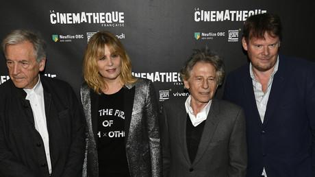 Frédéric Bonnaud, tout à droite, en compagnie de Roman Polanski, de l'actrice Emmanuelle Seigner et du président de la Cinémathèque, Costa Gavras (tout à gauche), le 30 octobre 2017 lors de la rétrospective donnée en l'honneur du cinéaste franco-polonais.