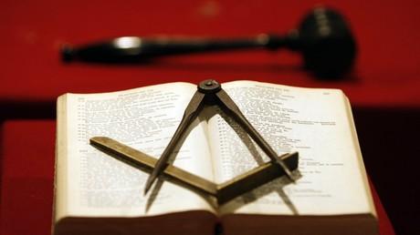 Un compas posé sur une Bible, près d'un marteau, lors d'une réunion franc-maçonne à Bordeaux (image d'illustration)