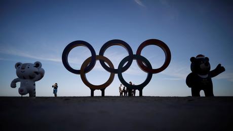 Les deux mascottes olympiques et les anneaux, ici à Gangneung en Corée du Sud, octobre 2017, illustration