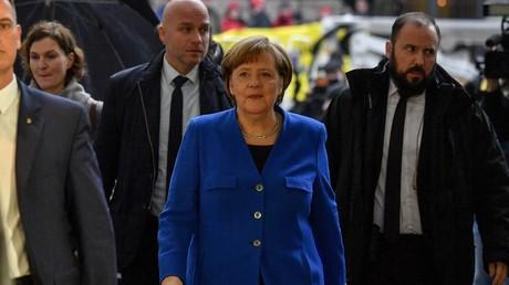 Angela Merkel se rendant aux discussions avec le parti social-démocrate (SPD)