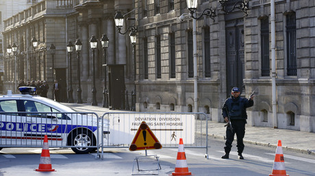Illustration : barrage permanent devant le palais de l'Elysée, photo ©PATRICK KOVARIK / AFP