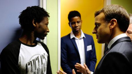 Emmanuel Macron rencontre des migrants soudanais
