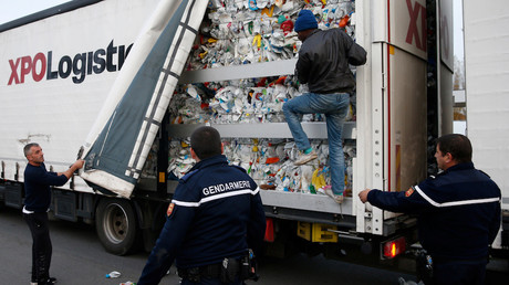 Des gendarmes portent assistance à un routier afin de déloger un migrant de son camion en octobre 2017, photo ©Pascal Rossignol/Reuters