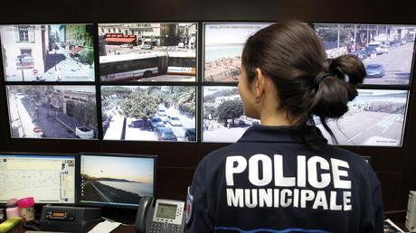 Une policière municipale contrôle les écrans de surveillance dans le centre de vidéo surveillance de la police municipale de Nice (Image d'illustration)